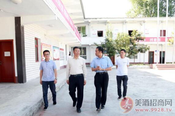 李保芳(左二)向循环产投公司负责人了解项目总体推进情况