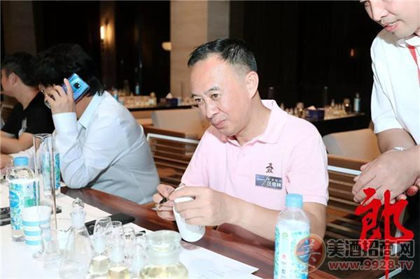 郎酒集团董事长汪俊林带领宾客在金樽堡体验老酒勾调