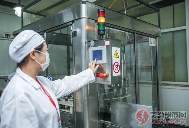 9时9分,郎酒股份总工程师蒋英丽按下青花郎九九重阳纪念酒生产启动按钮