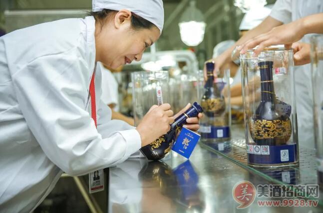 蒋英丽在瓶青花郎九九重阳纪念酒瓶身上签字纪念