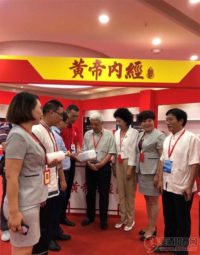 黄帝内经团队的三朵花接待中国酒类流通协会执行副会长刘员
