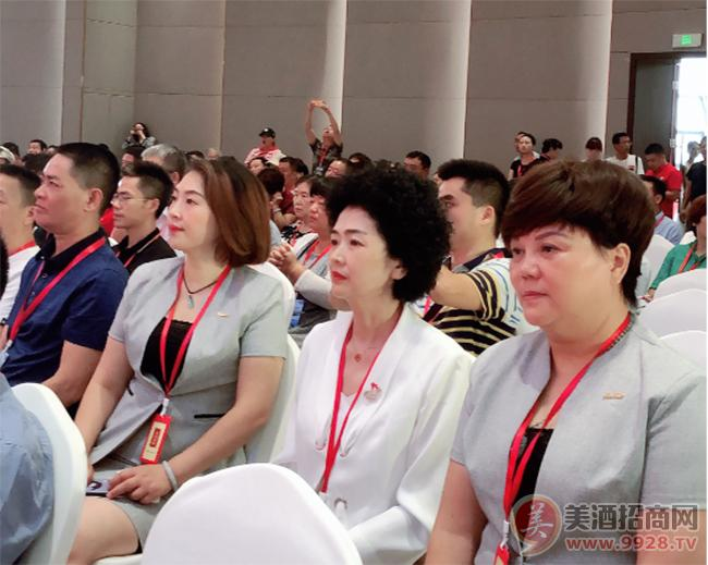 严红、李冰、李正蓉在千商大会现场