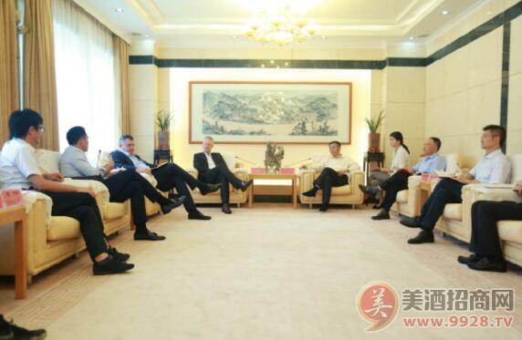 酩悦・轩尼诗公司一行到访茅台,与茅台集团董事长李保芳进行座谈