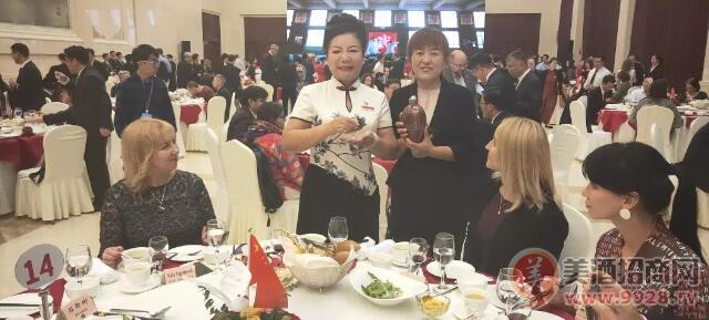 河南省人民�c祝中�A人民建��70周年招待���e行