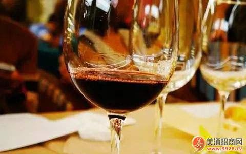 【酒知�R】葡萄酒的品�b方法