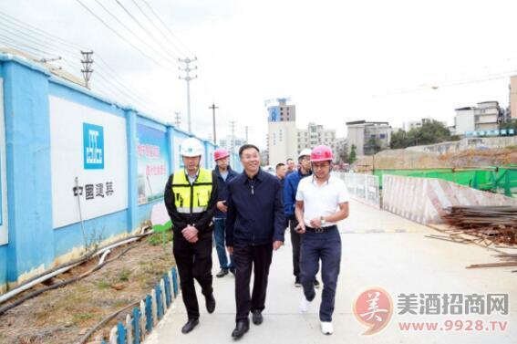 茅台集团董事长李保芳调研贵州茅台医院和茅台文体中心项目建设