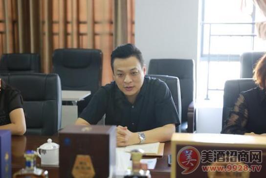 椰岛酒业总经理陈涛在座谈会上进行交流