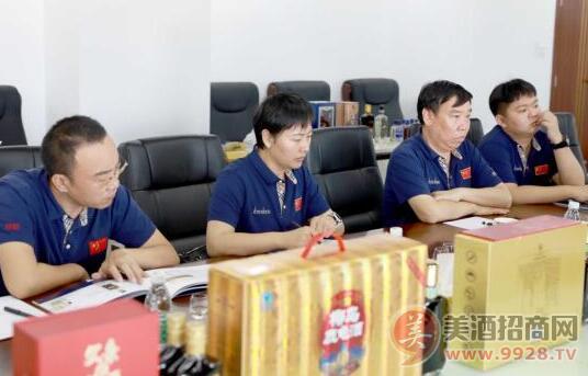 山西振东集团董事长李安平(右二)在座谈会上进行交流