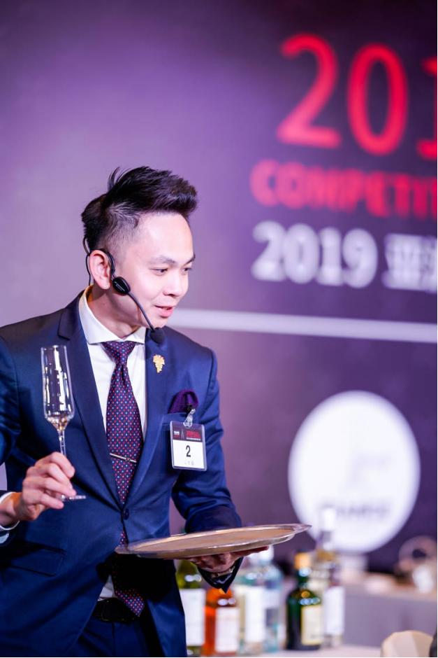 冠�――�碜择R�砦��的Choong Yoon Ng (Britt),新加坡香格里拉酒店的首席侍酒��;