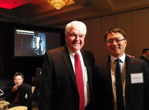 美国内华达州州长Steve Sisolak先生赞赏天佑德青稞酒和马克斯威葡萄酒