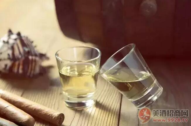发黄的酒一定是老酒吗