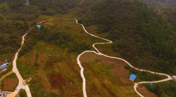 """茅台集团助力道真修建的""""小康路"""",打通脱贫增收的""""最后一公里""""。"""