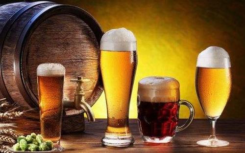 8090后啤酒新品上市,桶�b白啤小��原�{�W亮登��!