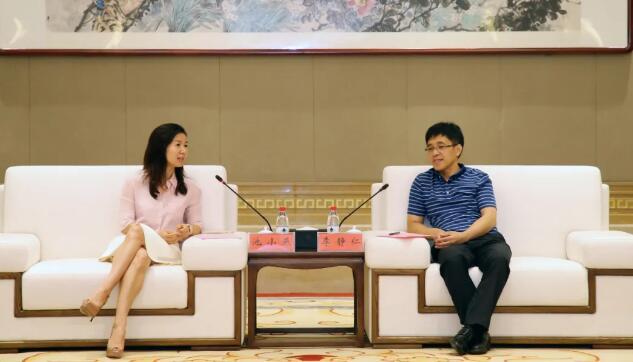李静仁(右)与池小燕(左)座谈