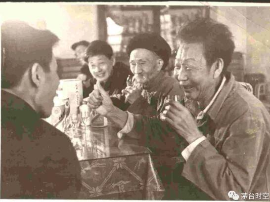 20世纪70年代初茅台酒品评酒,右起:王绍彬、郑银安、李兴发、许明德、余吉申